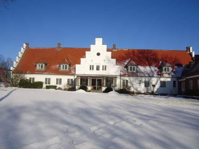 Hovedbygningen set fra parken